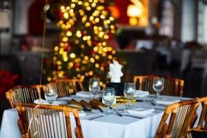 Weihnachtsdekoration auf einem Tisch