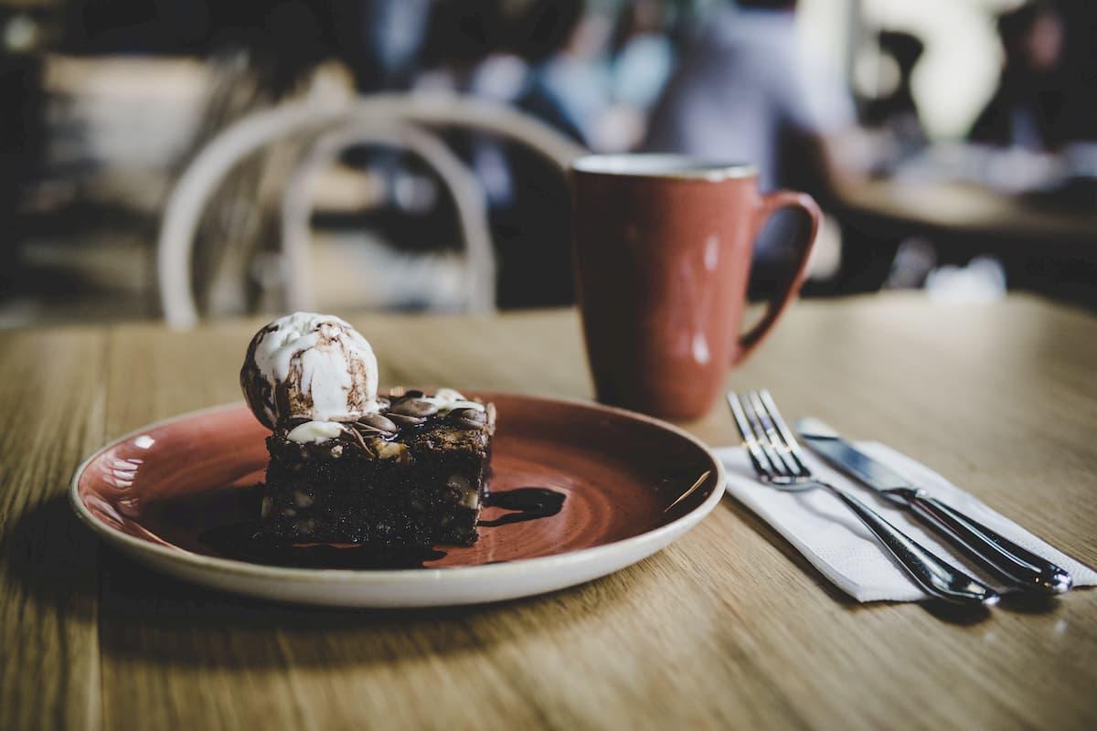 Brownie mit Eiscreme