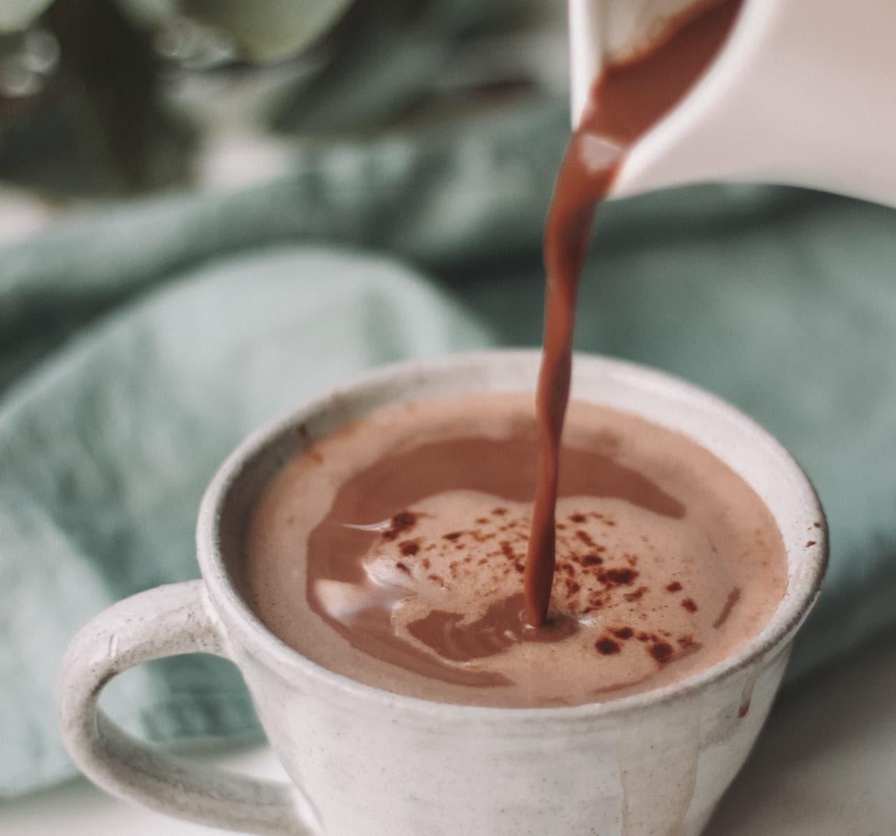 Tasse mit selbstgemachter heißer Schokolade